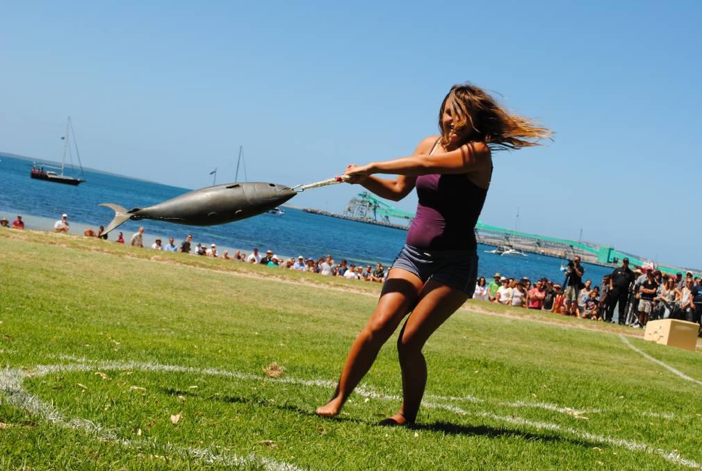 weirdest festivals_tuna tossing